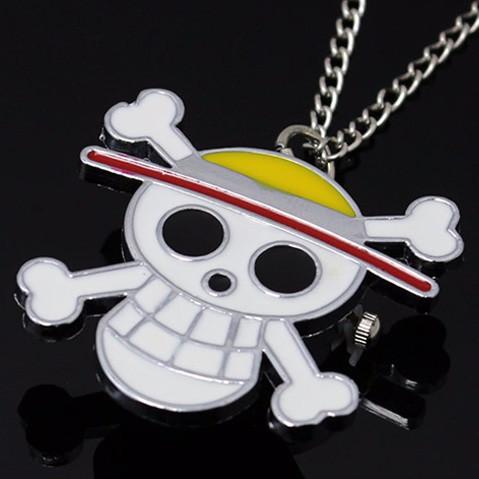 reloj colgante con el logo One Piece